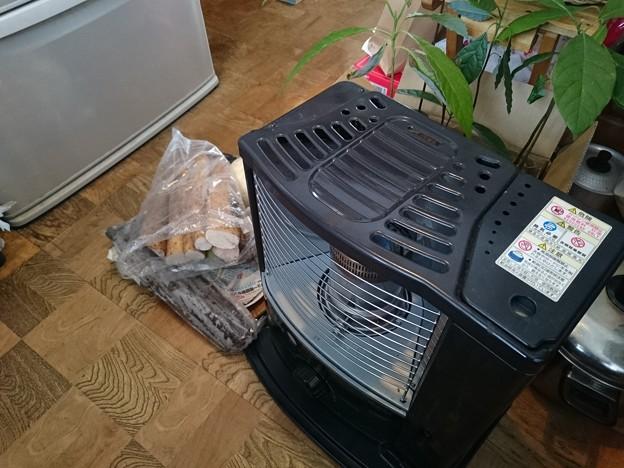 写真: ようやく石油のみで働くストーブを出しました。台所あったか計画。どなたか、長芋の、わがまま好き嫌い息子たちが喜んで食べる大量消費料理を