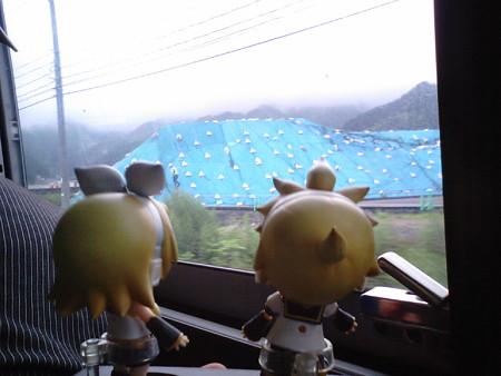 大槌橋付近。 リン:「これ、被災瓦礫の山だよね(><;)