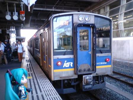 八戸駅ですぐに盛岡行きに乗り換え(><;) ■ 八戸  17:44 → 盛岡  19:3...
