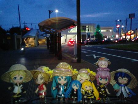 ミク:「それでは自宅最寄り駅より、北海道旅行に出発します♪」 リン...