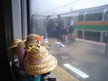 今朝人身事故のあった小金井駅に停車。そこで現場検証していた。ブル...