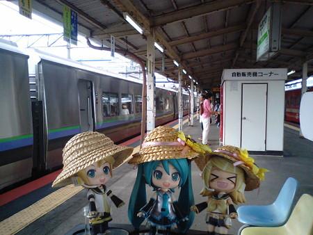 滝川駅に到着♪ ミク:「次は22分待ちで、富良野行きですね」 リン...