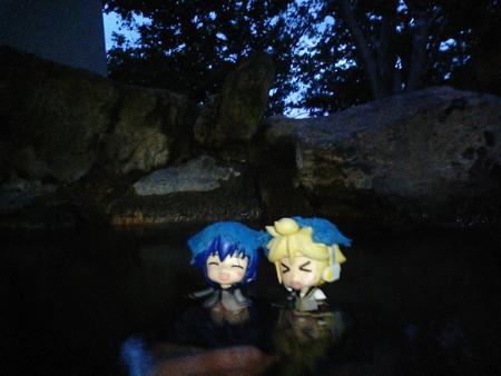レン:「はぁぁぁやっぱしええきんもづ♪」 兄:「ふはぁー温まる!」