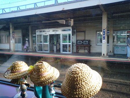 銭函駅に停車。 ミク:「そういえば今回の旅行、始まりの頃は資金が...