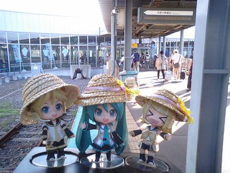 函館駅到着、22分遅れでした(*´Д`)=з レン:「さあ急いでお土産物...