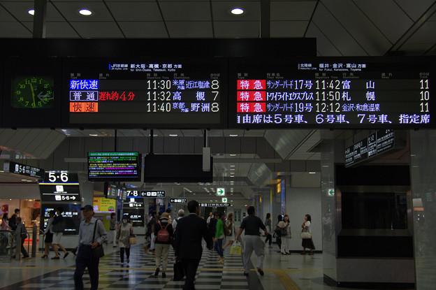s6880_大阪駅発車案内