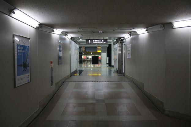 東成田駅から空港第2ビル駅への連絡通路