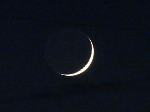 月齢2.4日 運良くお月様沈むちょっと前に雲から顔出して 繊月(二日月) 2015年10月15日  .
