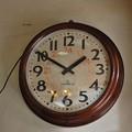 Photos: レトロな電気式壁掛時計