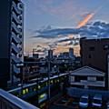 朝焼けに染まる飛行機雲