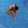 写真: 水面に座る人