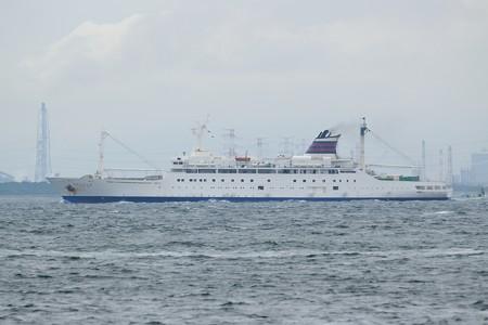 4)131m おがさわら丸(35mm換算570mm)北航船 富津火力発電所方面