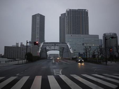 雨の勝鬨橋を走る