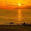 写真: 夕日へ向かって歩いてゆく