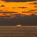 写真: 雲と海の隙間に