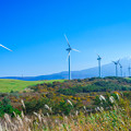 写真: 風車と鳥海山