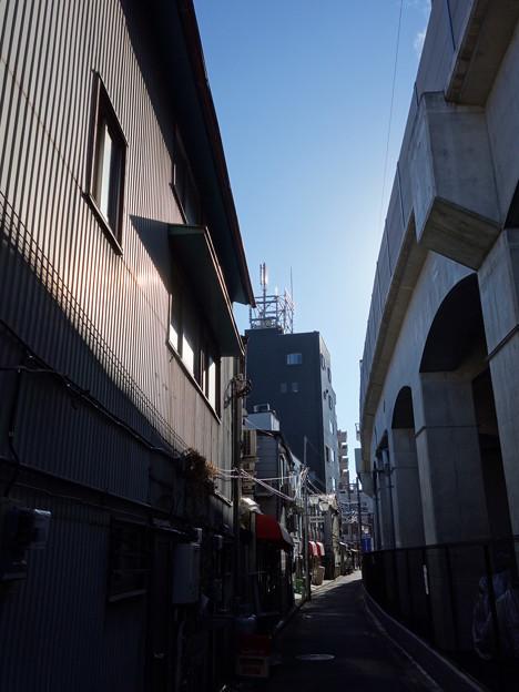 京急本線ガード脇 (横浜市中区黄金町・初音町)