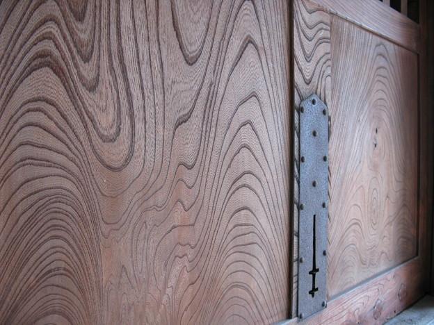 重厚な欅の蔵戸・1