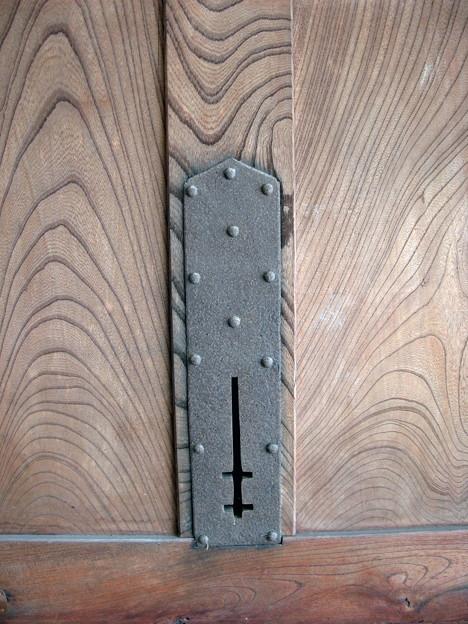 重厚な欅の蔵戸・4・鍵穴