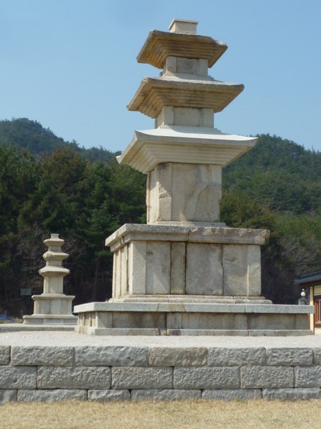 伝念仏寺址三重石塔~韓国慶州 Three-story stone pagoda in  the sky