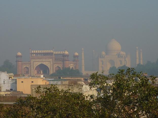 28 ホテル屋上から朝霧のタージ・マハルTaj Mahal in a haze