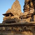 壁一面の芸術的彫刻 Filled with sculputures ,Khajuraho  *名にし負うエロきレリーフに劣らざる民の暮らしのさまぞ楽しき