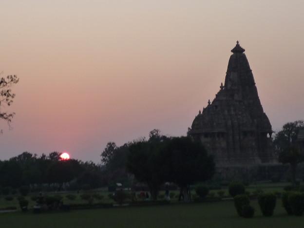 遺跡に名残の日が沈む Tranquil  Khajuraho at sunset
