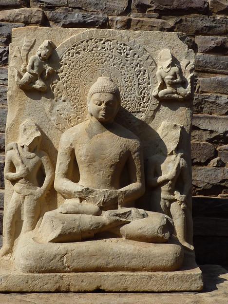 瞑想する仏陀~仏教彫刻 Meditating Buddha behind the Tor-ana