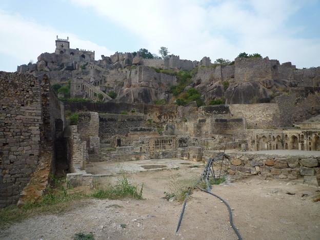 廃墟と化した巨大な城砦 Ruins of the Fort ,stony landscape
