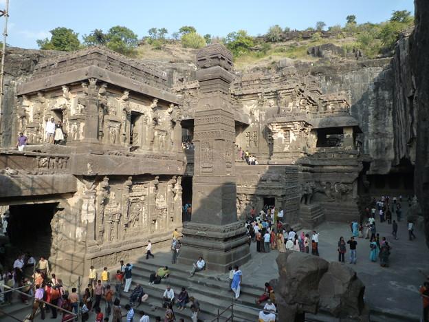 岩山を削り出した巨大寺院 Gigantic temple carved from one single rock