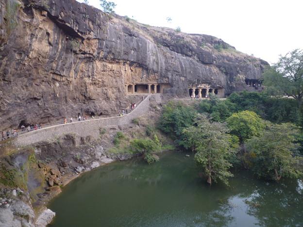 崖沿いに続く石窟 Vertical face of the Charanandri hills