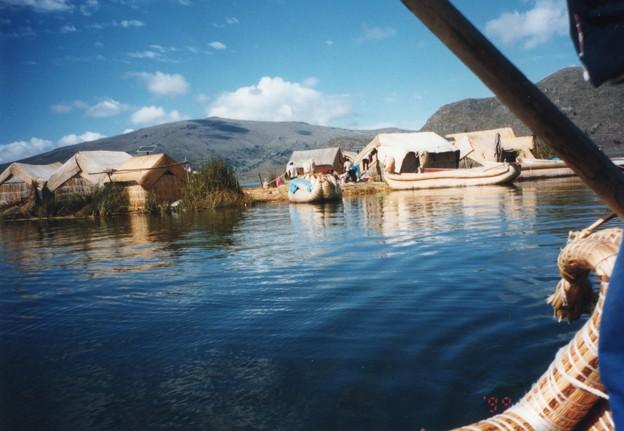 チチカカ湖の葦舟と浮島 Floating island & Reed boats,Peru *向うより近づいて来る葦舟の立てる波紋とせめぎあう見ゆ