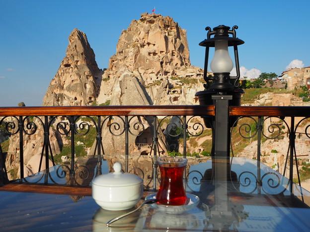 *城塞や眺めつつ飲むチャイ暑し Uchisar Castle & Flowers