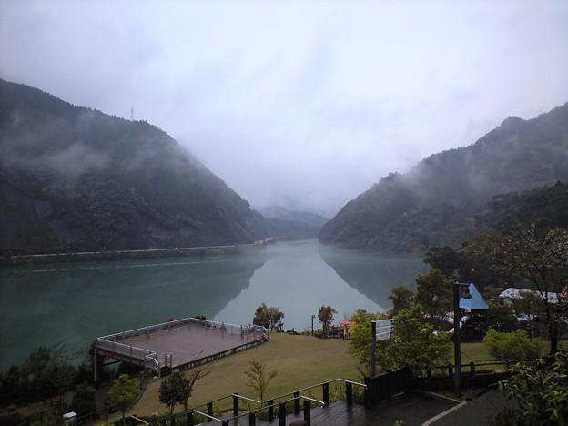 写真: ダム湖