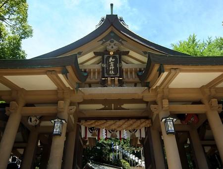 和霊神社02 天狗とおたふく―まるでお寺の山門
