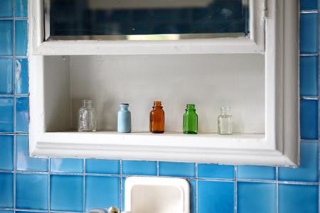 2015.10.02 山手 ベーリック・ホール 洗面所の棚に小瓶