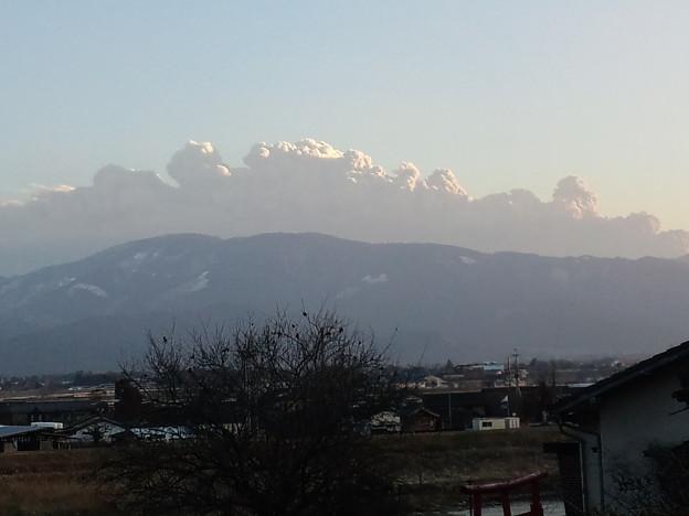 写真: 冬の空には異質な入道雲が見えた。どうやら、霧島が爆発して噴煙を上...