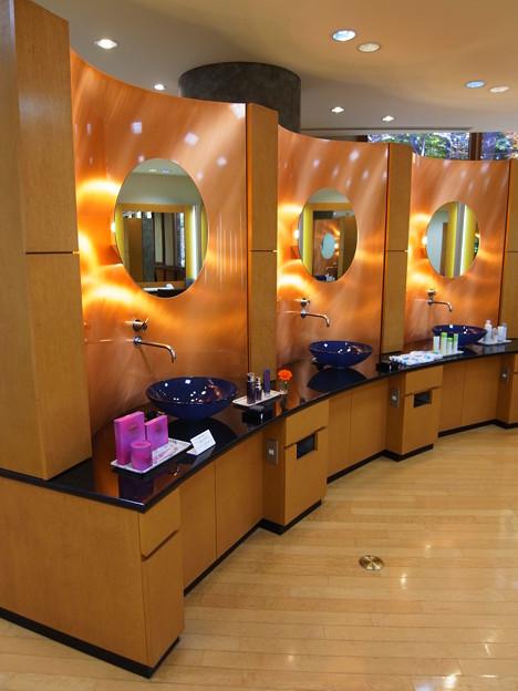 Photos: きらびやかな化粧室
