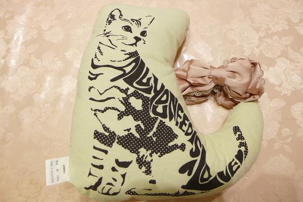 スリーコインズ 3COINS 猫型ダイカットクッション