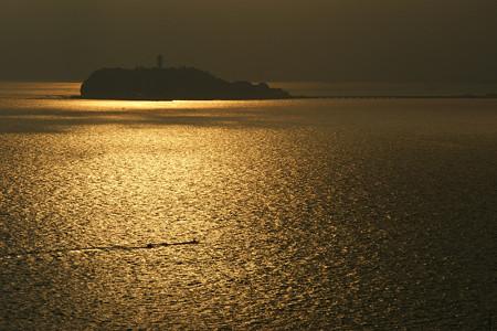 江ノ島が浮かび上がる0831