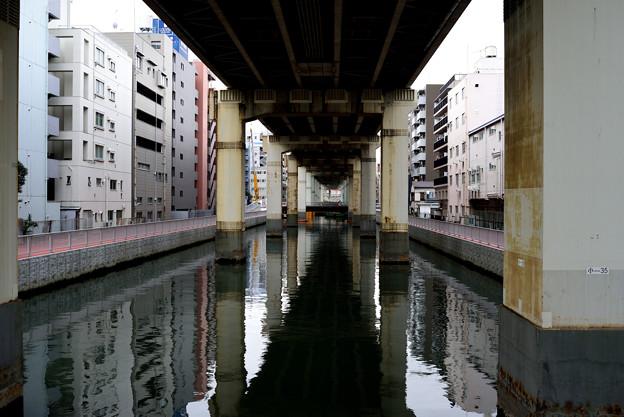 橋の下の橋を渡って