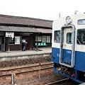 写真: 騰波ノ江駅とキハ102