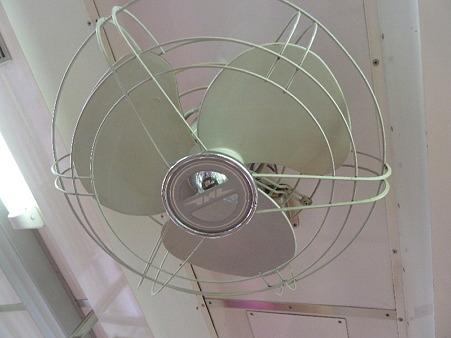 クモハ123-1にあるJNRマーク付きの扇風機