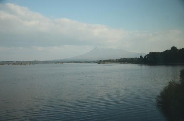 じゅんさい沼と駒ケ岳 1レ北斗星号の車窓から 仁山~大沼にて