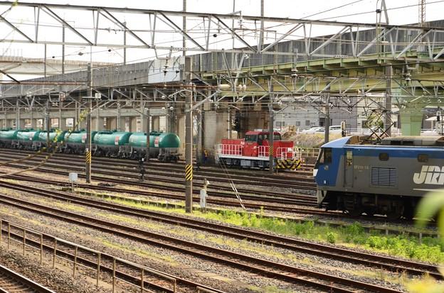 4091レタキ車列連結のHD300-15号機と南部機留線入換えのEF210-15号機