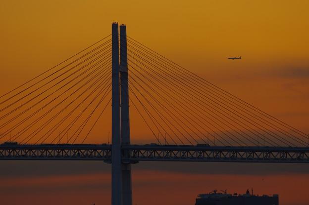 ベイブリッジを渡る飛行機