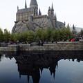 写真: 池に映ったホグワーツ城