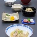 写真: 今晩は、肉豆腐、炙りかますごおろしポン酢掛け、蛍烏賊の醤油漬けかいわれ菜大根わさび、うの花五目煮、根菜味噌汁、ご飯