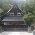 写真: 切妻造・妻入に庇が付いた大津神社の拝殿