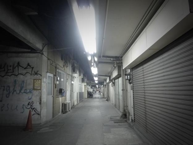 写真: 新橋のトンネル飲み屋街